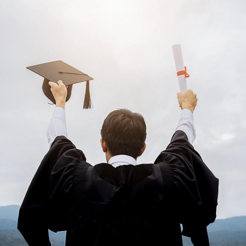 studente si laurea e festeggia